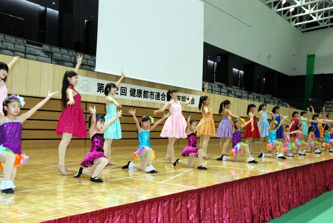 DANCE☆BOXが幼稚園児から高校生までの華やかなダンスを披露