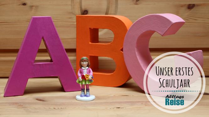 """Drei große bunte Pappbuchstaben """"A-B-C"""" und eine kleine Schulmädchenfigur"""