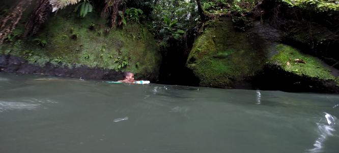 Der Guide schwimmt voraus Richtung Eingang in die Schlucht