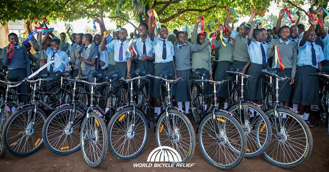 World Bicycle Relief (WBR) übergab das 500.000ste Fahrrad an eine Schülerin in Kisumu, Kenia