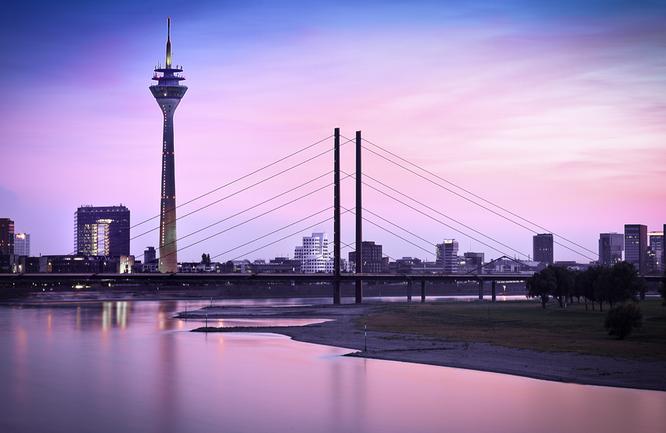 Bild: Panorama Düsseldorf in violettem Licht