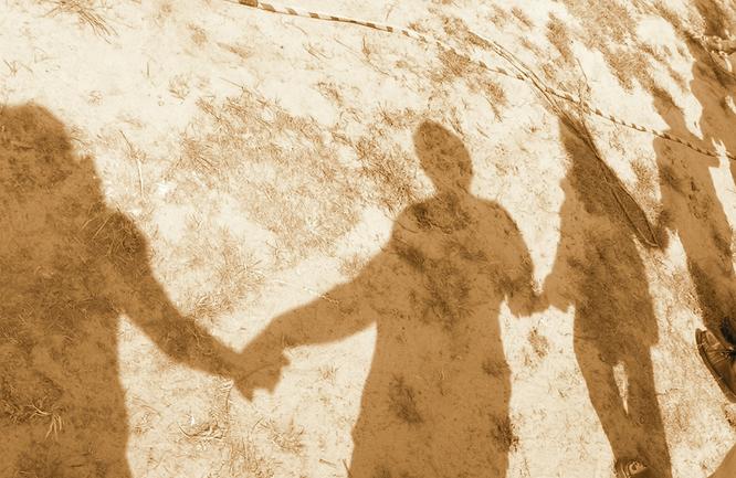 Bild: Schatten einer Menschenkette