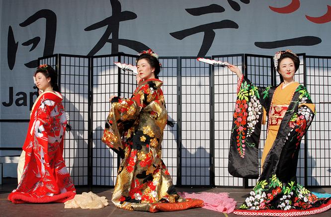 Japanische Taenzerinnen beim Japantag Duesseldorf