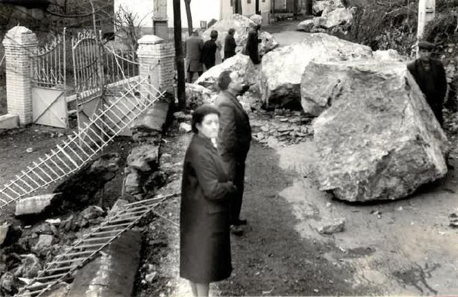 D'énormes blocs (certains d'au moins 2 mètres cubes) ont fait des dégâts dans la commune d'Ornolac. © DDT 09