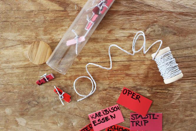 Bild: DIY Geschenk Dates im Glas, Valentinstag, Hochzeit, gefunden auf Partystories.de