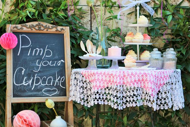 Bild: Diese Idee passt zum Geburtstag, zur Hochzeit, dem JGA, der Babyparty, einfach auf jedes Event: Die Pimp-your-Cupcake Snackbar, gefunden auf Partystories.de