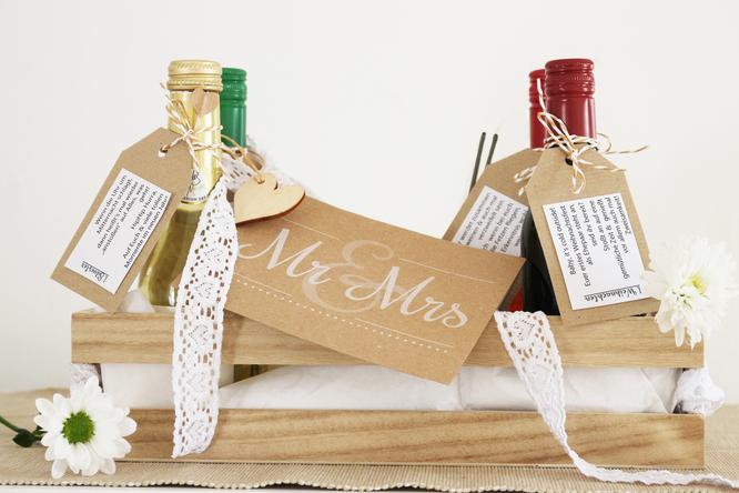 Bild: Cheers to Mr. & Mrs - ein DIY Geschenk zur Hochzeit mit Wein. Denn Wein verschenken ist ganz einfach, mit gratis Freebie/Printable für Weinetiketten und Weinanhänger von www.partystories.de
