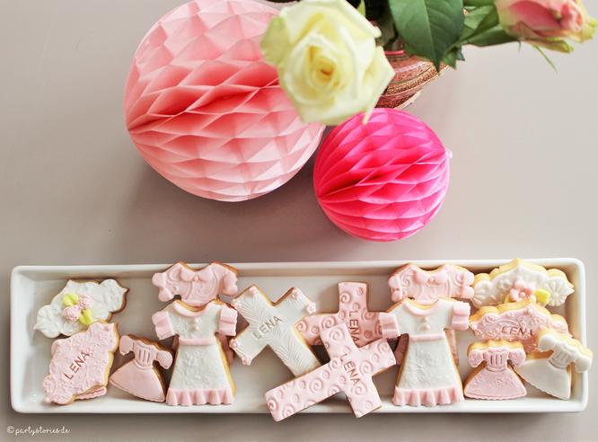 Bild: individuelle Kekse für die Taufe, von Cook and Cookies, gefunden auf Partystories.de