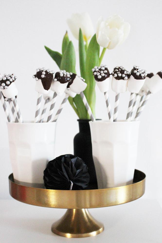 Bild: easy-peasy Rezept für leckere Marshmallow Pops, gefunden auf Partytories.de