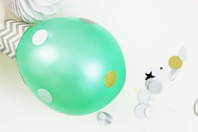 Bild: Weihnachtsdekoration aus Luftballons ganz einfach selber machen - mit Luftballons, Muffinförchen oder Pappbechern und Konfetti, schöne Deko für Weihnachten oder die Silvesterparty!