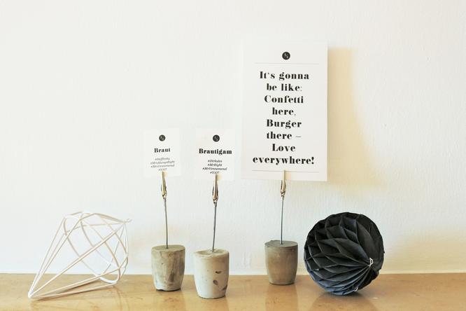 diy betonhalter halter f r karten namensschilder buffetbeschriftung aus beton selber machen. Black Bedroom Furniture Sets. Home Design Ideas