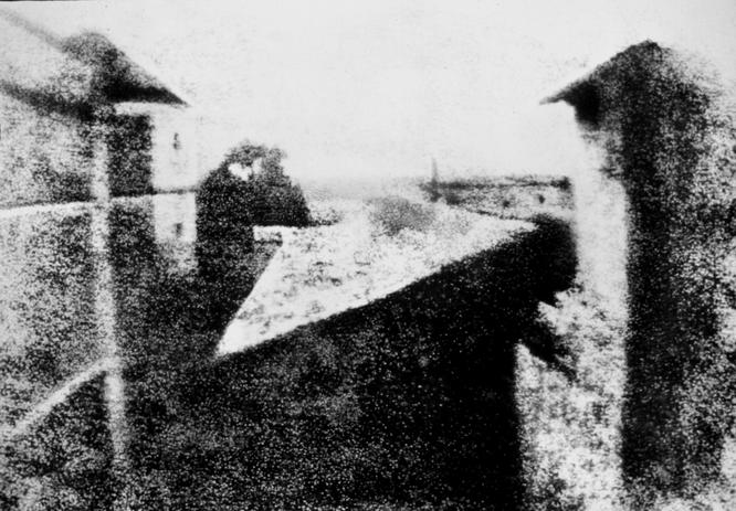 Primera fotografía realizada por Niépce en 1826. Era la vista desde su ventana. Como la exposición duraba ocho horas se puede apreciar el sol por ambos lados del edificio.