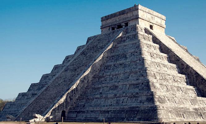 Sombra de la serpiente descendiendo de la Pirámide de Kukulkán. Fuente: desconocida.