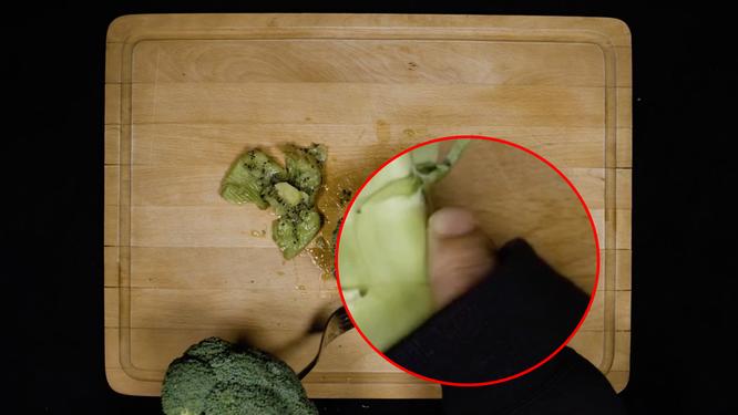 Brokkoli-haltender Finger, vergrößert durch uns
