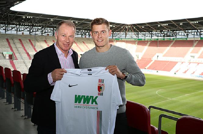 Finnbogason con el histórico ex futbolista Stefan Reuter, en la presentación como jugador del Augsburg. Foto: www.fcaugsburg.de
