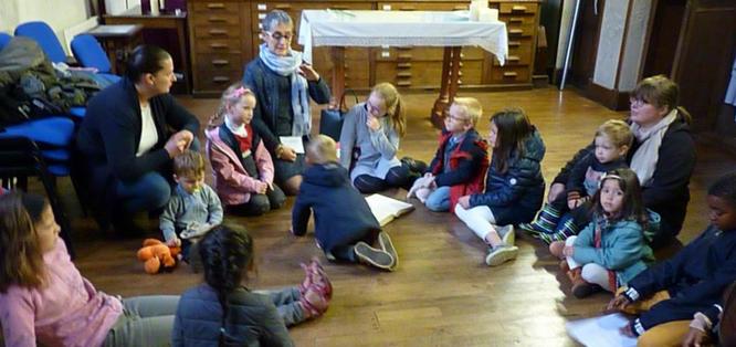 Messe des familles à St Melaine (10/2017), les enfants autour de Anne, à la sacristie