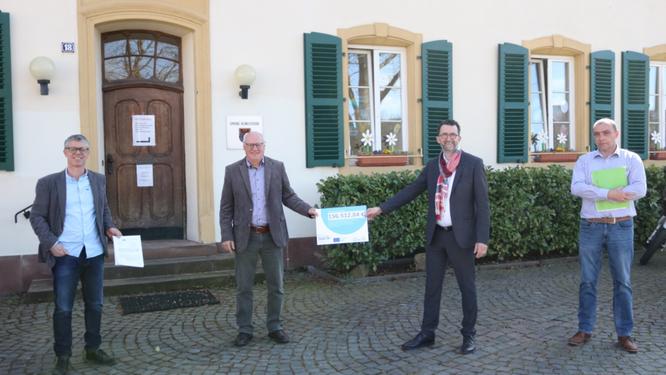 Vor dem Rathaus in Kleinblittersdorf wurde der Zuwendungsbescheid überreicht. Foto: MUV_Scheibner,