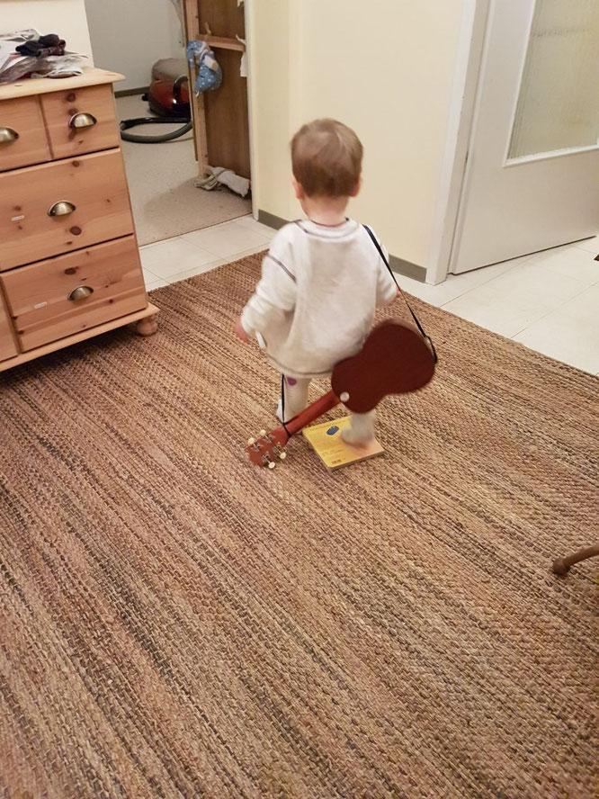 Kleinkind mit Gitarre auf dem Rücken: Kita-Eingewöhnung aus Vatersicht auf Mama-Blog Patschehand.de