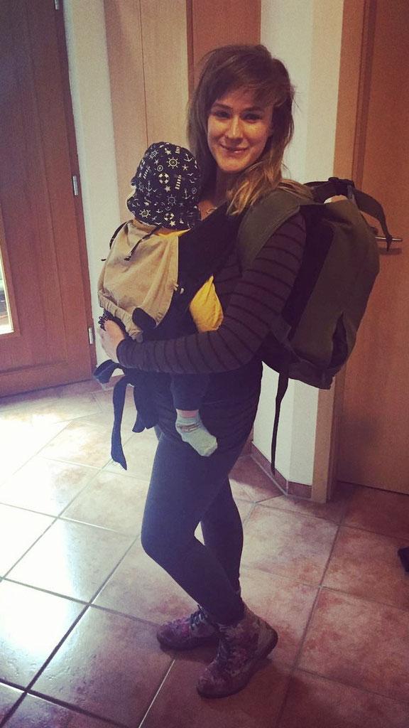Entspannter durch den Baby-Alltag ohne Windel? Mama trägt ihr Windelfrei-Baby im Urlaub.