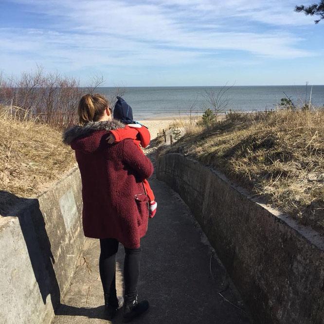 Reise an die Ostsee mit Kleinkind: Mama-Bloggerin Jana von Patchehand.de mit Junior am Meer.