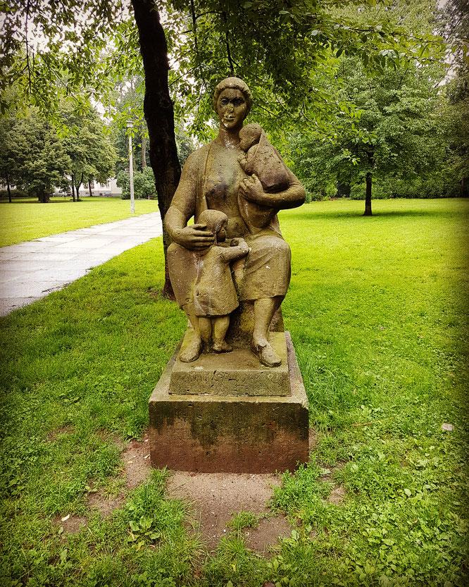 Statue einer Mutter in Berlin-Friedrichshain: Mama-Blog Patschehand.de