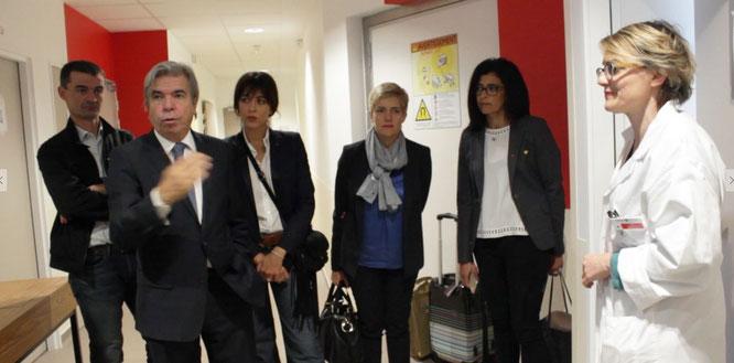 Le Professeur Bruno Dubois (2e à gauche) entouré des adhérents E.Leclerc et de Nolwenn pour la visite du TEP IRM dédié aux maladies neurodégénératives avec Aurélie Kas, chef de service de Médecine nucléaire.