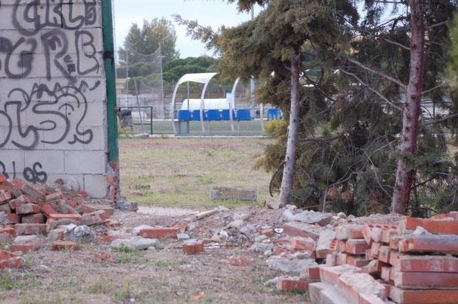 Una de las vallas del polideportivo en mal estado de conservación y rodeadas de escombros.(Imagen: El Distrito)