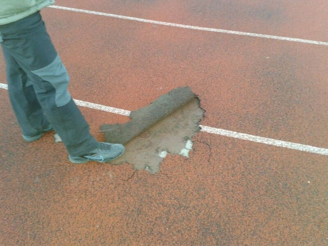 Imagen de uno de los desperfectos de la pista de atletismo (Imagen: El Distrito)