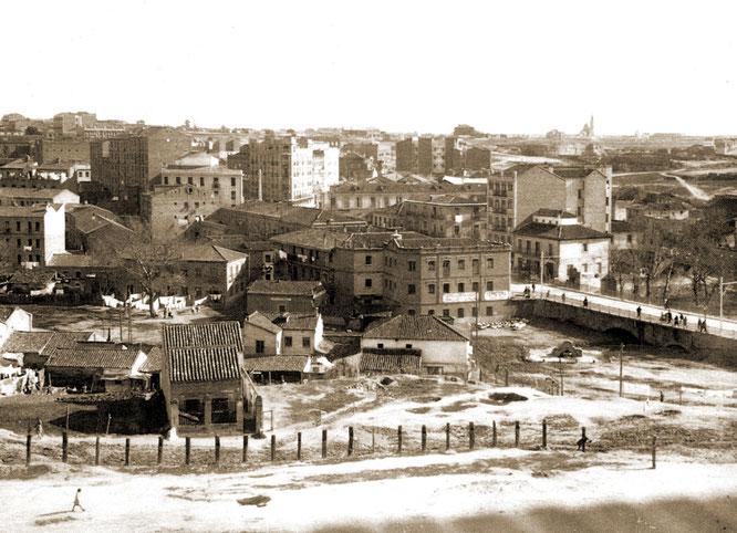 El barrio de Las Ventas del Espíritu Santo en 1933, al otro lado del puente sobre el arroyo Abroñigal  cuando todavía formaba parte de Vicálvaro (Imagen publicada en el blog urbancidades.wordpress.com)