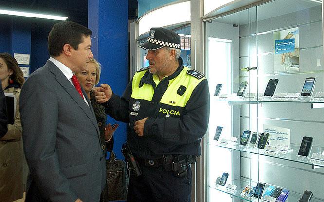 Pedro Calvo y Carmen Torralba charlan con un agente durante la visita a los comercios