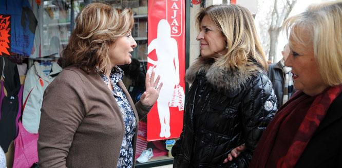 Botella y torralba charlan con una vecina durante una visita de la alcaldesa a Vicálvaro