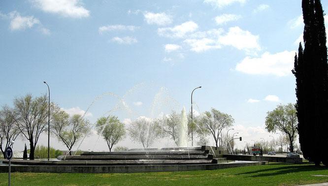 Plaza de Alosno con una gran fuente en su parte central