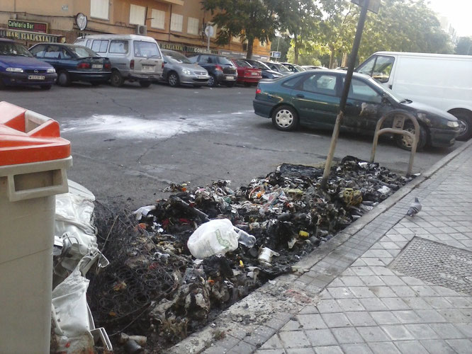 Uno de los contenedores quemados en la calle San Ciriaco (todovicalvaro.es)