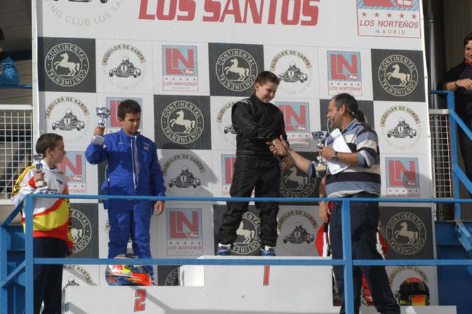 Iván recibiendo el trofeo (Imagen: ivanmachadoperez.es)
