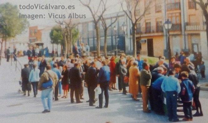 Imagen de la Asociación Vicus Albus en la que se muestra la cola de vecinos para votar en la consulta popular