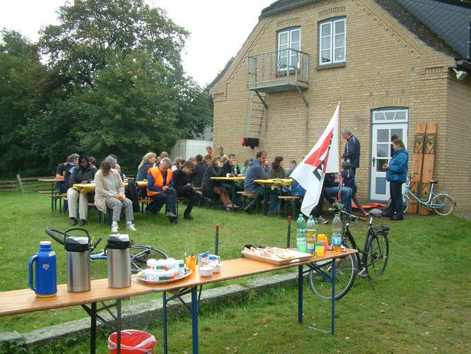 Andacht von Friedemann Kretzer und Erklärungen zur Rallye vor dem Start