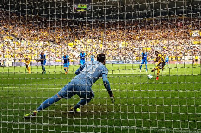 Kronholm hält den Elfmeter von Dresdens Moussa Koneh in der 4. Spielminute. Fotos: Patrick Nawe