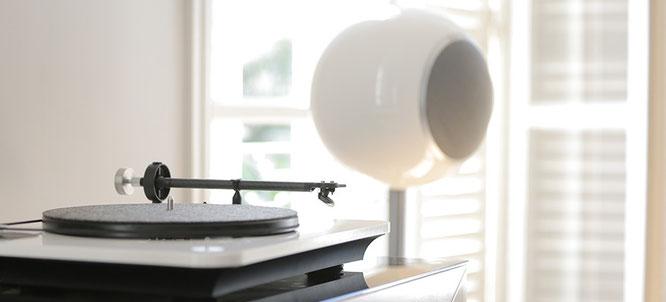 Plattenspieler Elipson Omega mit Kohlefaser-Tonarm und Ortofon OM10 Tonabnehmersystem & Elipson Planet L Lautsprecher