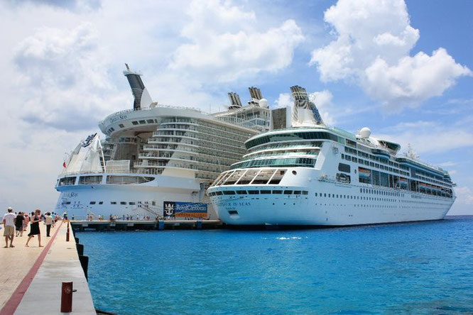 Grandeur of the Seas vs Oasis of the Seas (the largest cruise ship in the World at the time)
