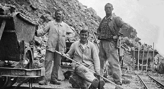 Arbeiter der Kalkfabrik um 1920.
