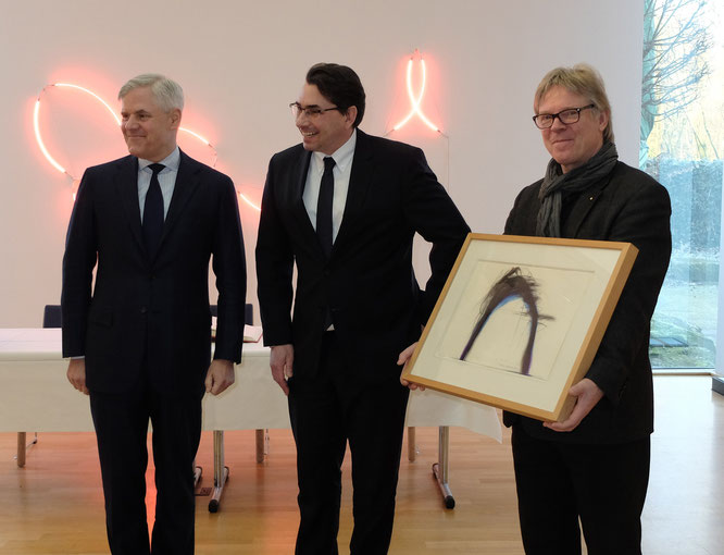 v.l.n.r.: Dr. Andreas Dombret, Bürgermeister Dr. Alexander Berger und Museumsdirektor Burkhard Leismann mit Arnulf Rainer: Bergärschchen, 1975, Mischtechnik, 29,5 x 42 cm