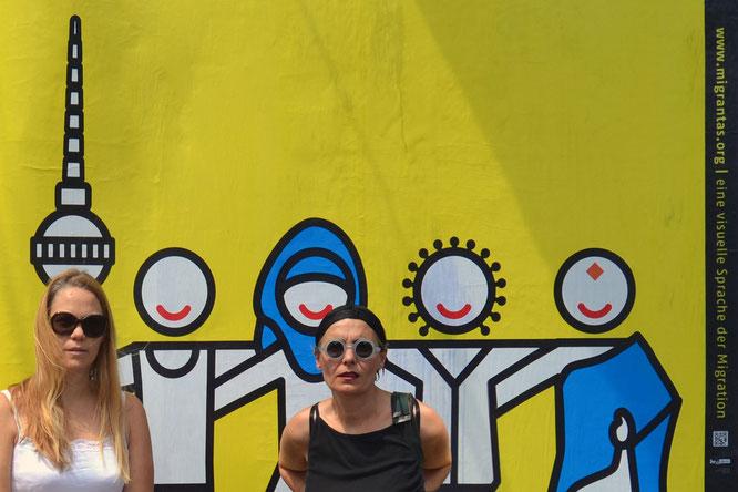 Florencia Young und Marula di Como vor einem ihrer Plakate mit Piktogrammen.