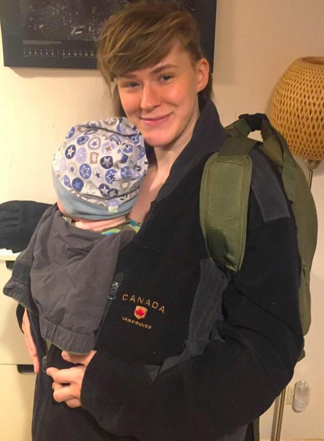 """Mama-Bloggerin Jana von Patschehand.de mit ihrem Sohn im neu gekauften """"Bondolino"""" von """"Hoppediz""""."""