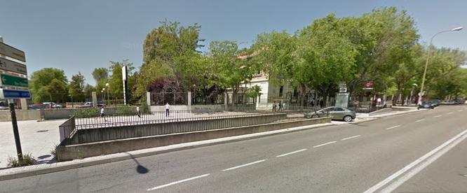 Una de las entradas cerradas al aparcamiento (Google Street View)