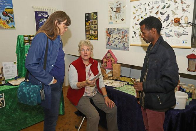 Friededore Abt-Voigt im Gespräch mit Besuchern