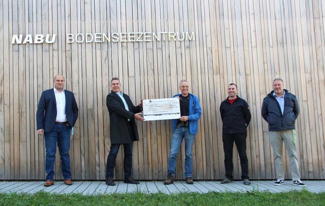 """Freudige Gesichter bei der Spendenübergabe (v.l.n.r.: I. Bernhard (Reichenau Gemüse eG), J. Bliestle (Reichenau Gemüse eG), E. Klein (NABU-Bodenseezentrum), P. Staiger (""""mein inselglück"""") und A. Baumbach (""""mein inselglück"""") Foto: NABU/Bergdolt"""