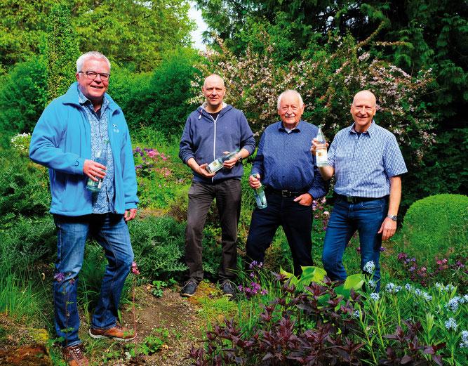 Thomas Körner (NABU), Christoph, Dieter und Clemens Fleischmann (v.l.n.r. ) präsentieren die neuen Etiketten - Foto: Otillienquelle