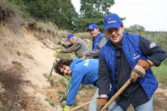 Ehrenamtliche NABU-Mitglieder mit Schaufeln beim Graben