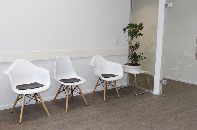 Bild: Das Wartezimmer in der Praxis von Dr. André Motamedi