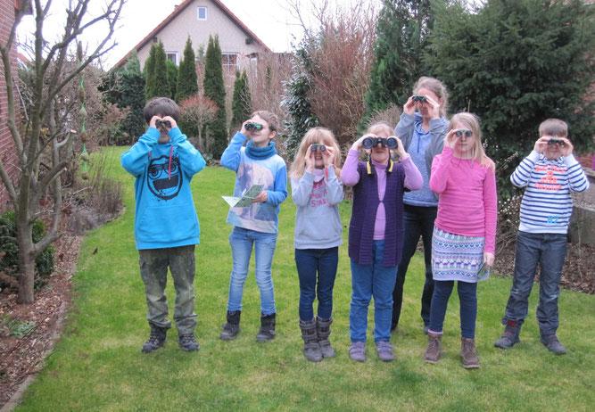 Beobachtung von Vögeln durch die Jugendgruppe